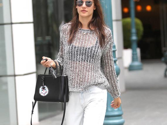 Model Alessandra Ambrosio trägt zum Stadtbummel weiße, zerrissene Boyfriend Jeans - stylisch und relaxt