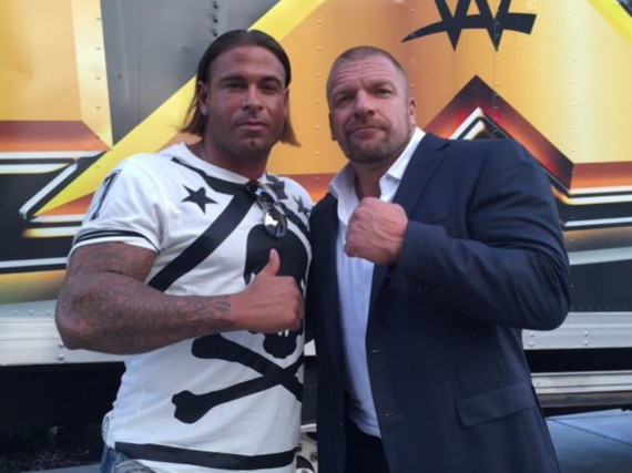 Tim Wiese (l.) posiert mit dem Profi-Wrestler Paul Levesque alias Triple H