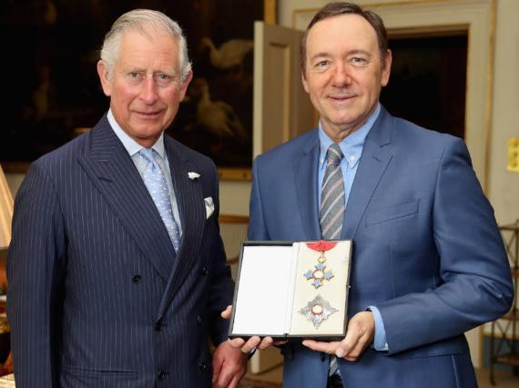 Prinz Charles und Kevin Spacey mit der Auszeichnung