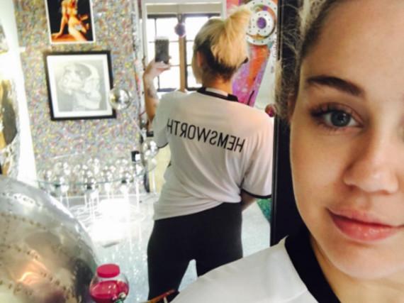 Miley Cyrus zeigt ihr T-Shirt mit der Aufschrift