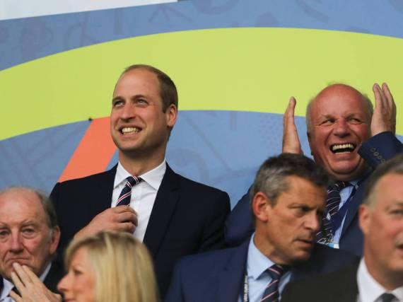 In Anzug und Krawatte im Stadion: Prinz William beim Spiel England gegen die Slowakei