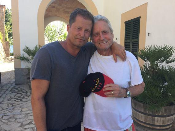Dieses Foto entstand beim Treffen von Michael Douglas und Til Schweiger auf Mallorca