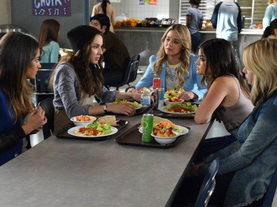 Emily (Shay Mitchell, v.l.n.r.), Spencer (Troian Bellisario), Alison (Sasha Pieterse), Aria (Lucy Hale) und Hanna (Ashley Benson)