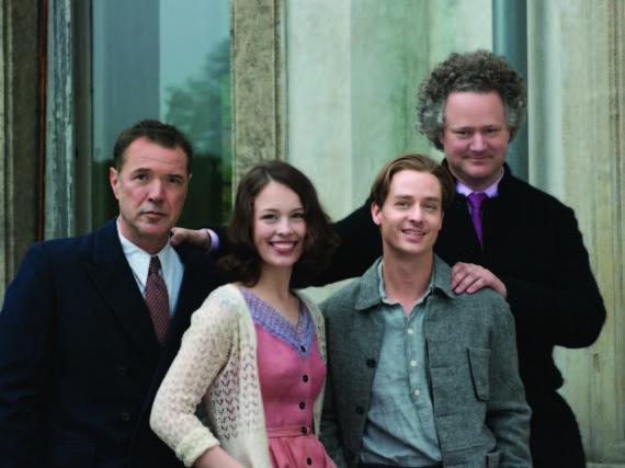 Florian Henckel von Donnersmarck (r.) mit Sebastian Koch (l.), Paula Beer und Tom Schilling beim Drehstart von