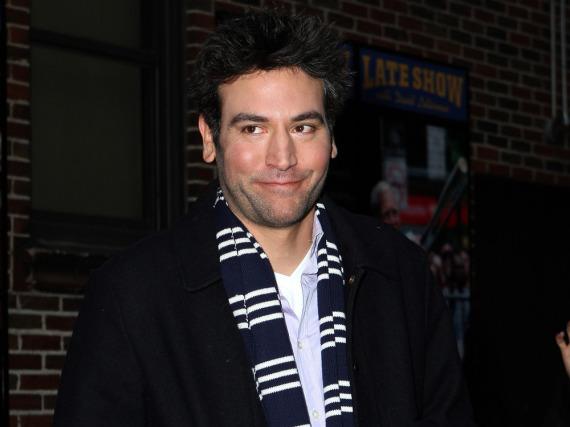 Der Schal geht schon mal als Regisseurs-Schal durch: Josh Radnor wechselt bald wieder hinter die Kamera