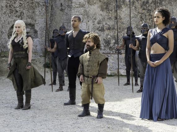 Emilia Clarke (li.) und Peter Dinklage (vorne, Mitte) sahnen bei den nächsten Staffeln von