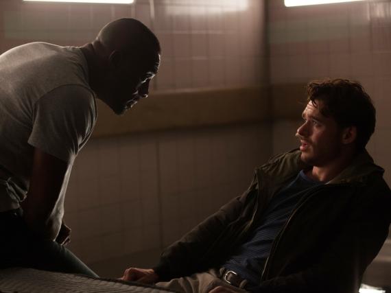CIA-Agent Sean Briar (Idris Elba, l.) verhört den professionellen Taschendieb Michael Mason