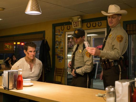 Tom Cruise wird als Jack Reacher (li.) von zwei Polizisten in die Mangel genommen