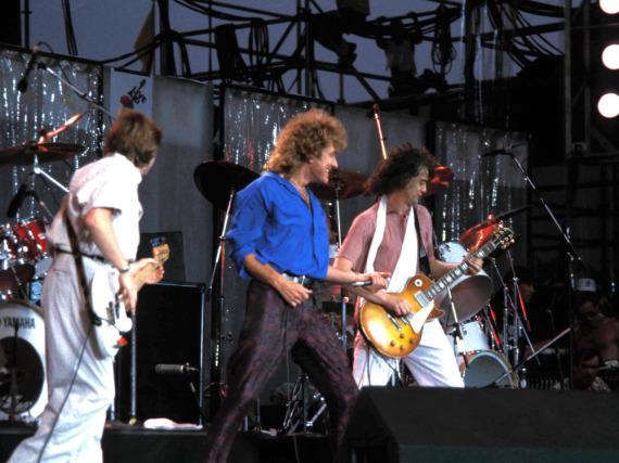 Robert Plant (Mitte) und Led Zeppelin bei Live Aid im Jahr 1985