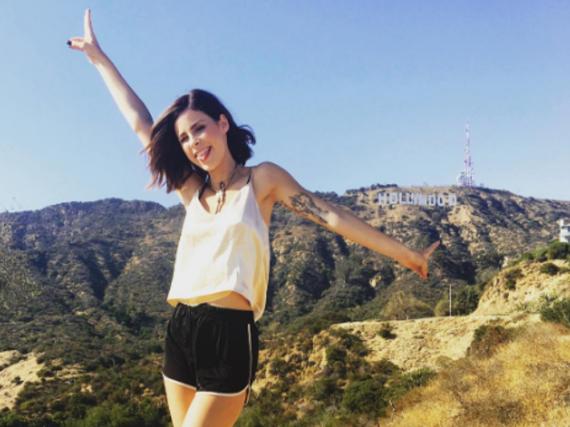 Lena posiert in L.A. vor dem berühmten Hollywood-Zeichen