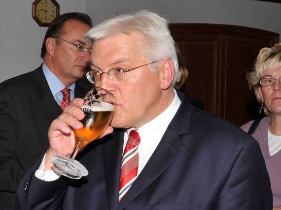 Auch der Chef weiß ein kühles Bier zu schätzen: Frank-Walter Steinmeier bei einer Talkrunde in Hamburg