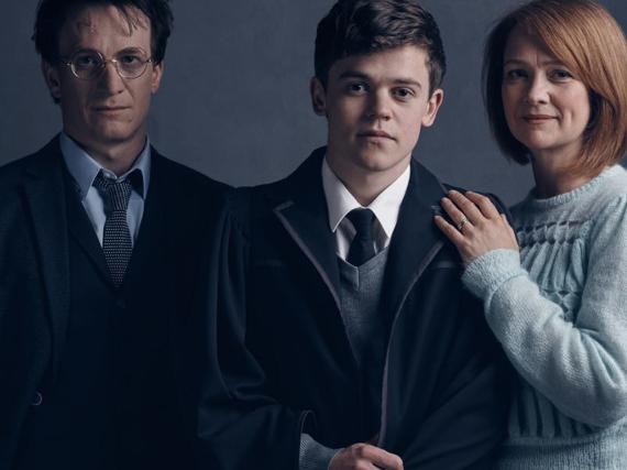 Der erwachsene Harry Potter (Jamie Parker, l.) und seine Familie kommen ins Theater - die Fans bekommen das Skript nach Hause