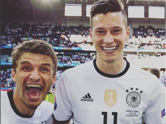 Thomas Müller und Julian Draxler freuen sich über den Sieg gegen die Slowakei