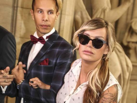 Zusammen mit ihrem Musik-Kollegen Florian Wess betritt Gina-Lisa Lohfink am Montag das Gerichtsgebäude. Ihre Augen verbirgt sie hinter einer großen Sonnenbrille.