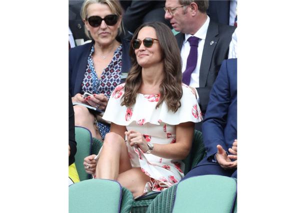 Pippa Middleton muss ständig an ihrem Kleid ziehen.