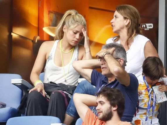 Shakira (l.) kann es nicht fassen, dass Spanien verliert.