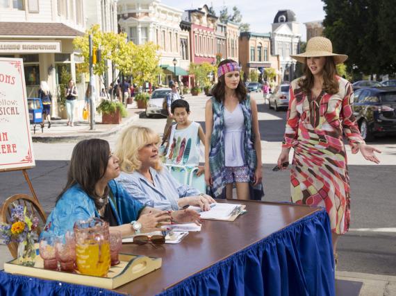 Lorelai (Lauren Graham, r.) und Rory (Alexis Bledel) zeigen sich in ersten Bildern zu den neuen Folgen in flippigen Outfits.