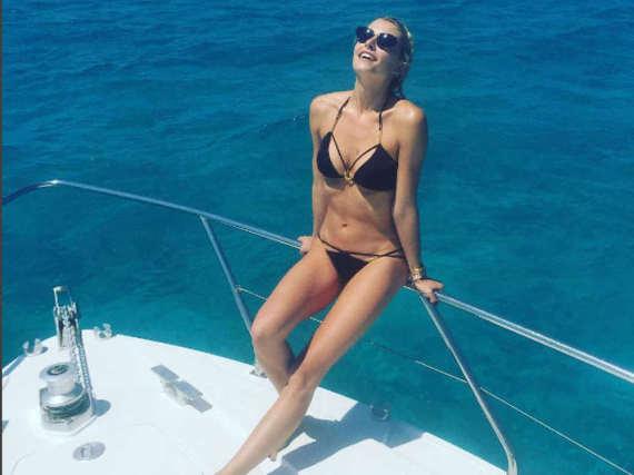 Lena Gercke entspannt am Meer