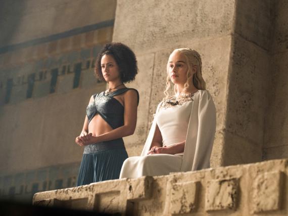 Missandei (Nathalie Emmanuel, l.) und Daenerys Targaryen (Emilia Clarke)