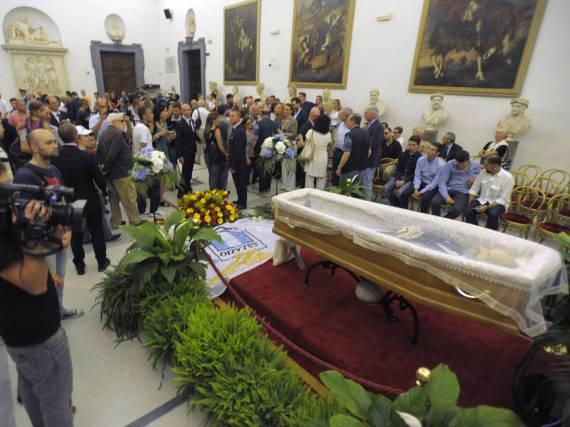 Am offenen Sarg von Bud Spencer haben sich zahlreiche Trauergäste versammelt