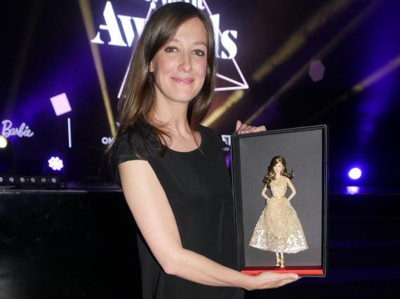 Alexandra Maria Lara posiert mit ihrer Barbie-Version