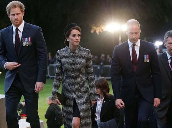 Die britischen Royals bei einer Mahnwache am Thiepval-Denkmal in Frankreich