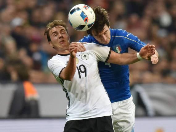 Länderspiele zwischen Deutschland und Italien sind immer hart umkämpft - hier Mario Götze im Duell mit...