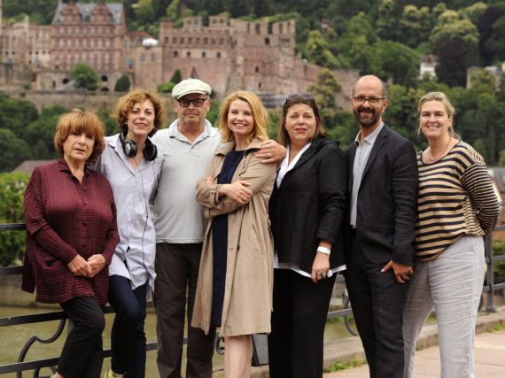 Annette Frier (Mitte) wird in die Rolle der arbeitswütigen Hotelchefin Anette Kramer schlüpfen