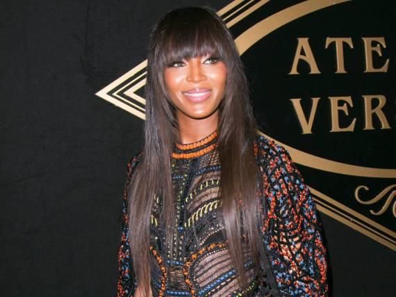 In Versace zu Versace: Naomi Campbell bei der Modenschau der Luxusmarke in Paris