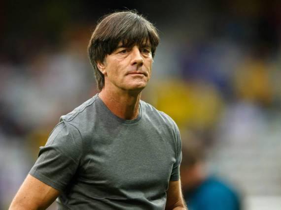 Das Shirt aus mercerisierter Baumwolle wird Bundetrainer Jogi Löw beim EM-Spiel Deutschland gegen Ukraine im schwül-warmen Lille zum Verhängnis