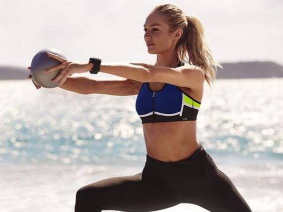 Candice Swanepoel hält sich mit Übungen am Strand in Form