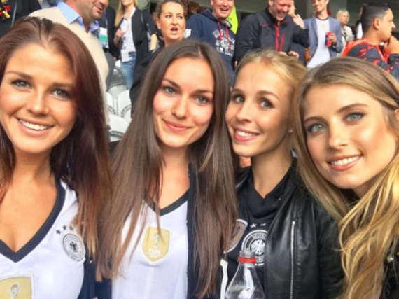 Selfie im Stadion: Die Spielerfrauen fiebern mit ihren Jungs mit