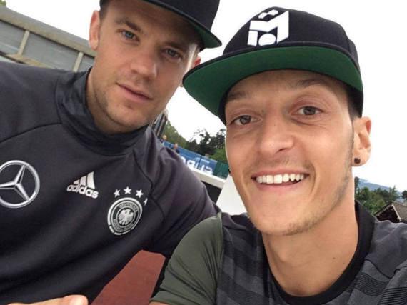 Manuel Neuer und Mesut Özil haben unterschiedliche Rituale vor jedem Spiel