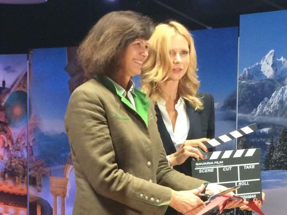 Schirmherrin Veronica Ferres (r.) und Bayerns Wirtschafts- und Medienministerin Ilse Aigner eröffnen die Ausstellung in der Bavaria Filmstadt
