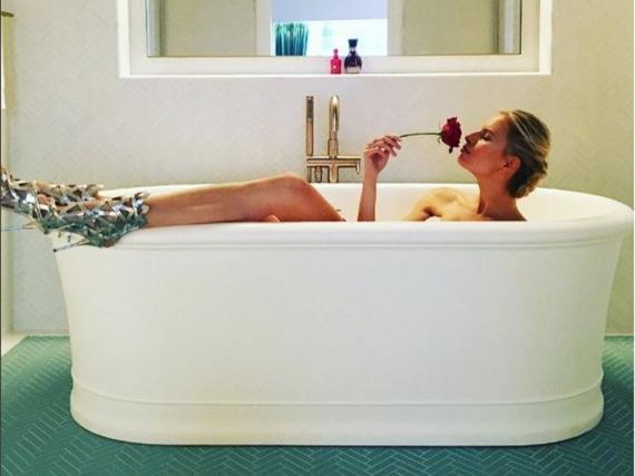 Karolina Kurkova hat Sinn für Humor: Sie postete ein Bild aus der Badewanne - in High Heels!