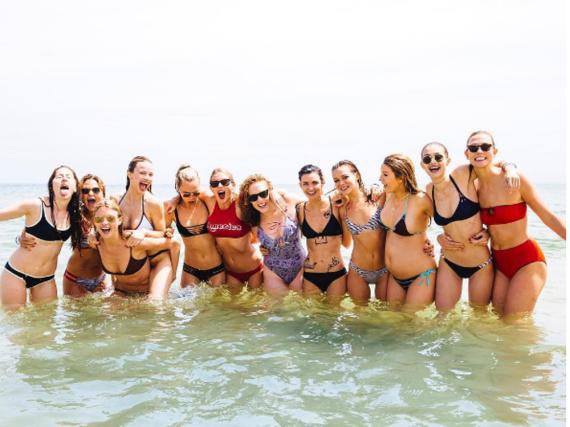 Ein Freundeskreis, der sich sehen lassen kann: Taylor Swift mit ihren Freundinnen beim Feiern des amerikanischen Unabhängigkeitstages