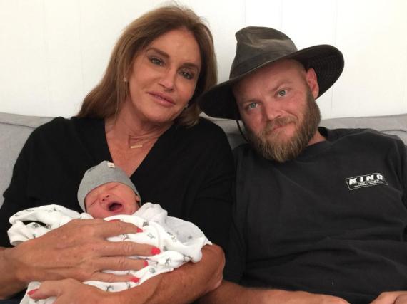 Schon jetzt anstrengend: Ein müder Bodhi Jenner mit Oma Caitlyn (l.) und Papa Burt (r.)