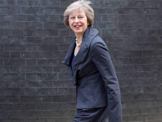 Selbst wenn das Outfit eher in gedeckten Farben gehalten ist: Theresa May entscheidet sich stets für auffällige Schuhe