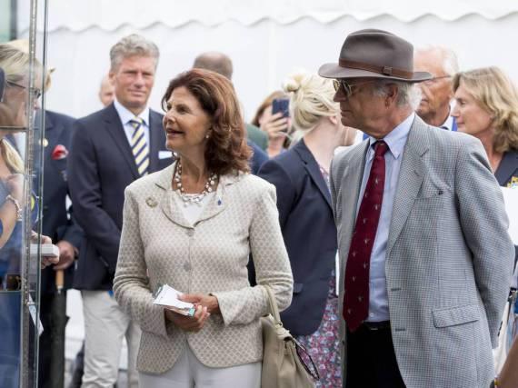 Königin Silvia und Carl XVI. Gustaf schlendern über den CHIO-Turnierplatz