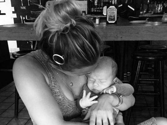 Ein Kind steht ihr gut: Kaley Cuoco hält Baby Hayden sicher im Arm