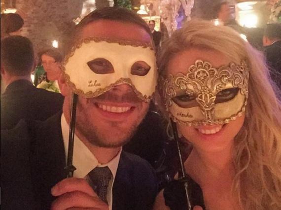 Selfie mit Maske: Lukas Podolski und seine Monika auf der Party nach Bastian Schweinsteigers und Ana Ivanovics Trauung
