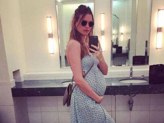 Behati Prinsloo setzt ihren Baby-Bauch in einem hellblauen Maxi-Kleid in Szene