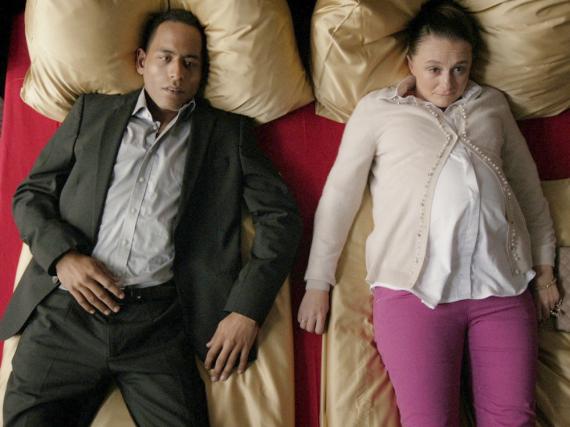 Maria (Gerti Drassl, r.) trifft sich nochmal im Stundenhotel mit Callboy Timo (Peter Marton, l.), dem Vater ihres Kindes