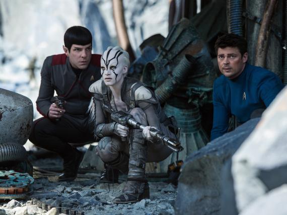 Spock (Zachary Quinto, l.) und McCoy (Karl Urban, r.) brauchen die Hilfe von Jaylah (Sofia Boutella)