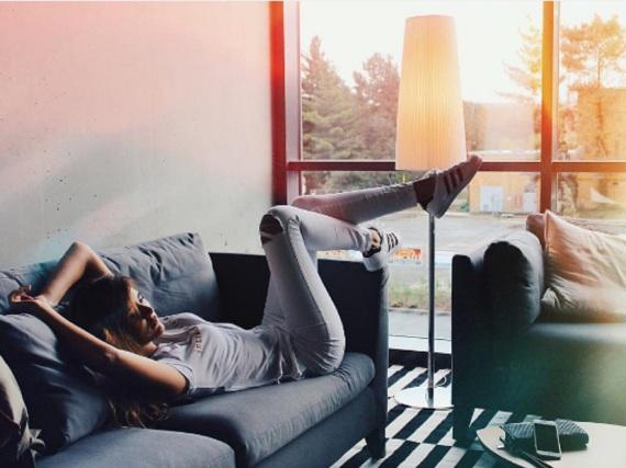 Endlos bequem: Model Stefanie Giesinger trägt ihre Adidas-Sneaker auch zum Abhängen auf der Couch