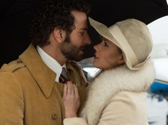 In seiner Verliebtheit ist FBI-Agent Richie DiMaso (Bradley Cooper, l.) nicht klar, dass Sydney (Amy Adams, r.) eine brillante Betrügerin ist