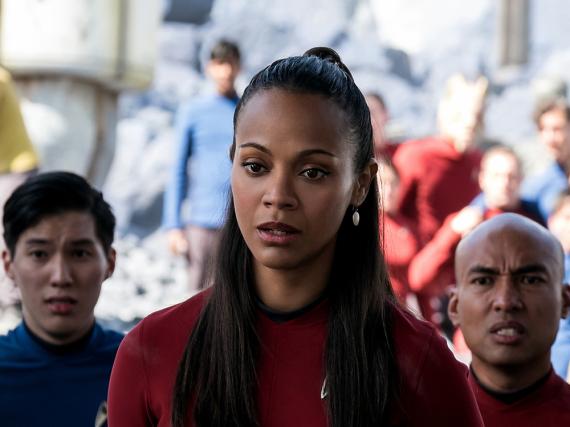 Starke Frau im Kreise ihrer Kollegen: Zoe Saldana als Uhura in