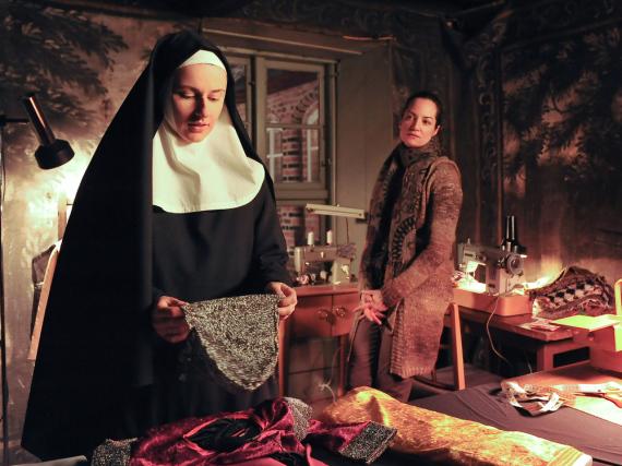 Jana (Natalia Wörner, r.) sucht das Gespräch mit Schwester Benedicta (Annett Renneberg, l.).