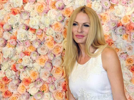 Sonya Kraus in einem Meer aus Rosen