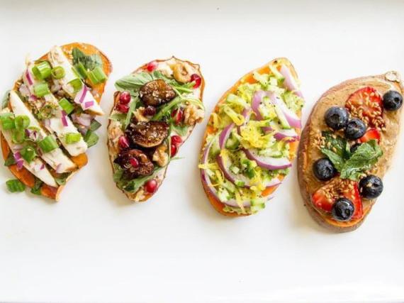 Ob süß oder herzhaft: Beim Belegen der Süßkartoffel-Scheiben sind der Kreativität keinerlei Grenzen gesetzt
